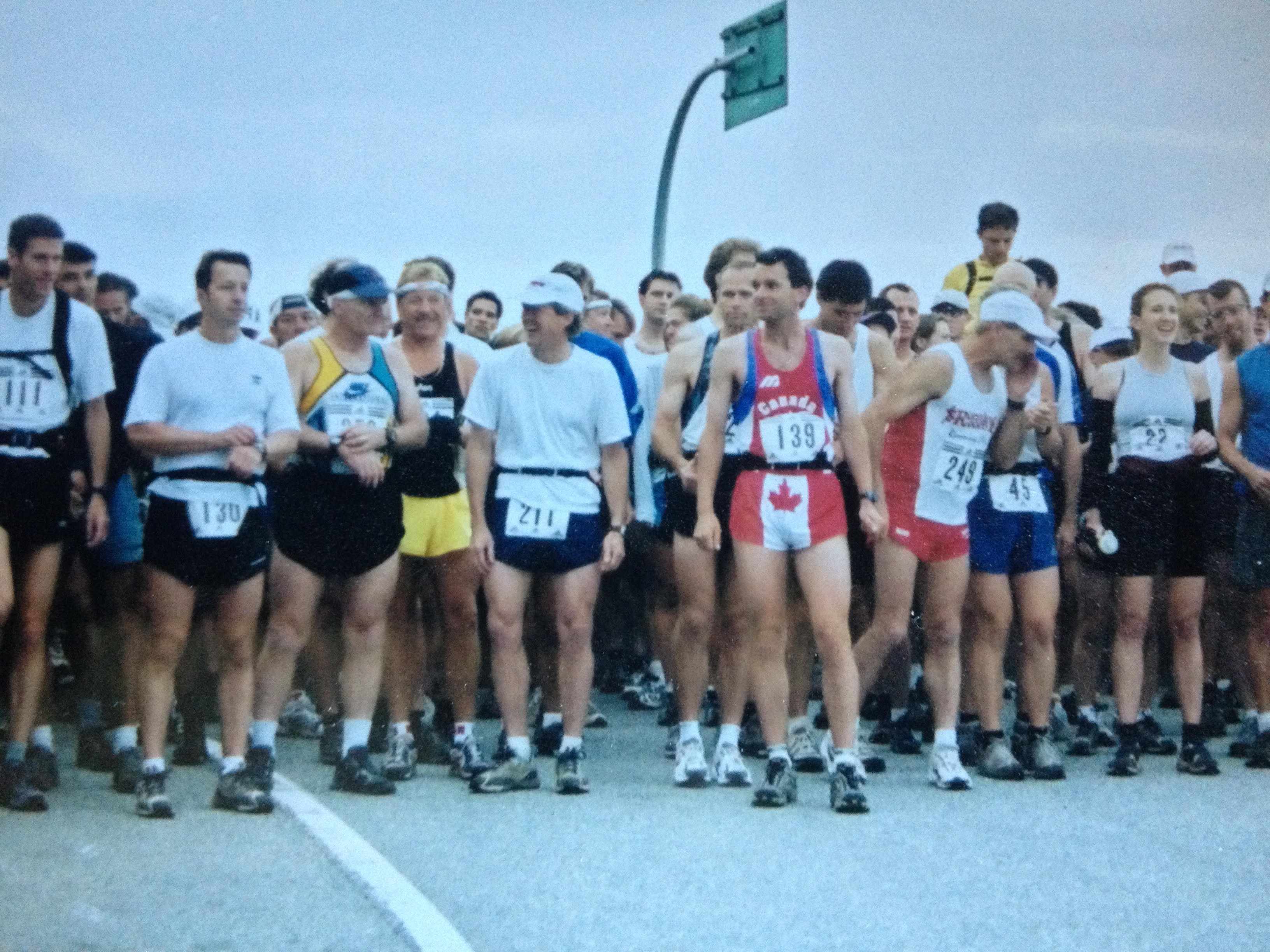 Trevor Wakelin (third from left, wearing blue and yellow singlet) at the start of the 2001 Knee Knacker.